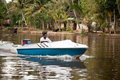 Indische Leute genießen Hochgeschwindigkeitsbootfahrt Lizenzfreie Stockfotos