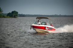 Indische Leute genießen Hochgeschwindigkeitsbootfahrt Lizenzfreies Stockbild