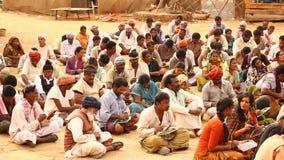 Indische Leute mit Büchern am Dorf stock video