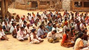 Indische Leute mit Büchern am Dorf stock footage