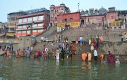 Indische Leute und Ghats in Varanasi Lizenzfreies Stockfoto