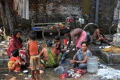 Indische Leute und Hygiene auf einer Straße Stockfoto