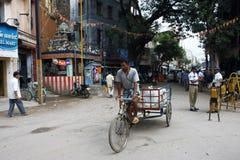 Indische Leute und Polizisten auf der Straße Lizenzfreies Stockbild