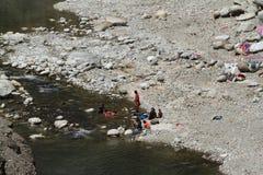 Indische Leute waschen sich hier kleiden Stockfotos