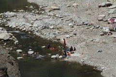 Indische Leute waschen sich hier kleiden Stockbilder