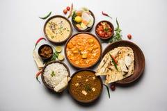 Indische lunch of dinerpunten zoals dal, paneer botermasala, roti, rijst, salade stock foto's