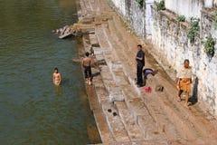 Indische Männer in einem Wasserpool Stockfotografie