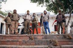 Indische Männer mit Waffe und Affen Stockfotografie