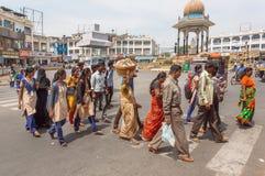 Indische Männer und Frauen, die auf Straße mit Fußgängern, auf Quadrat mit Kreuzung gehen Stockfotografie