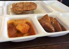 Indische maaltijd op witte plaat stock afbeeldingen