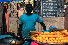 Indische Mann-Verkaufs-Straßen-Nahrung Pakoda stockfoto