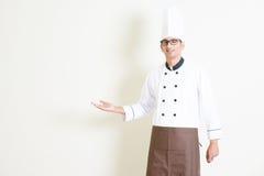 Indische mannelijke chef-kok in het eenvormige welkom heten Royalty-vrije Stock Afbeelding