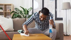 Indische Mannreinigungstabelle mit Reinigungsmittel zu Hause stock video footage