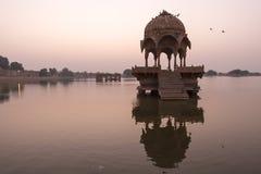 Indische Marksteine - Gadi Sagar-Tempel auf Gadisar See während des sunr lizenzfreie stockfotografie