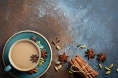 Indische Masala Chai Tea Gekruide thee met melk op donkere roestige achtergrond Stock Foto