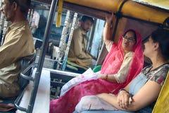 Indische Matrone nahm eine Rikscha stockbilder