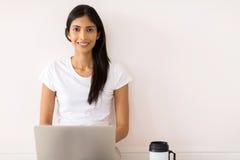 Indische meisjeslaptop computer Stock Foto's