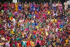 Indische menigte bij grensceremonie stock afbeelding