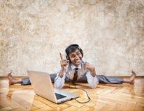 Indische mens die aan de muziek luisteren Stock Afbeeldingen