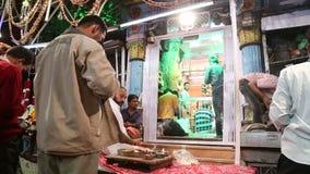 Indische mens die lokaal voedsel voorbereiden bij straattribune in Jodhpur, close-up stock videobeelden