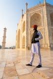 Indische Mens die Marmeren Basis Taj Mahal bevindt zich Royalty-vrije Stock Afbeelding