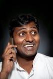 Indische mens die op de telefoon spreekt Royalty-vrije Stock Foto