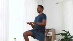 Indische mens die op vlek thuis springen stock videobeelden