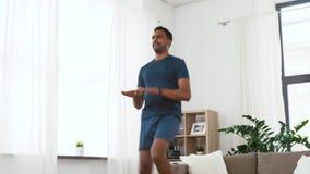 Indische mens die op vlek thuis springen stock video