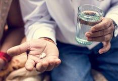 Indische mens die tablettengeneeskunde nemen royalty-vrije stock afbeelding