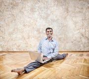 Indische mens die yoga met laptop doen Stock Afbeelding