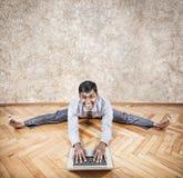 Indische mens die yoga met laptop doen Stock Fotografie