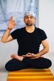 Indische mens die yogapraktijk doen binnen, de volledige houding van de lotusbloemmeditatie Royalty-vrije Stock Fotografie