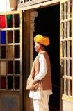 Indische mens die zich door de deuropening bij Mehrangarh-Fort, Jodhpur bevinden, Royalty-vrije Stock Fotografie