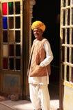 Indische mens die zich door de deuropening bij Mehrangarh-Fort, Jodhpur bevindt, Royalty-vrije Stock Foto's