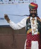 Indische mens en zijn zeer lange snorren Stock Foto's