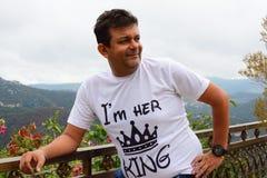 Indische mens in Kasauli, Heuvelpost, die de vallei bekijken die ochtend van mening genieten royalty-vrije stock foto