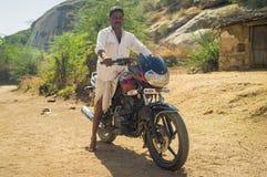 Indische mens op Motor Stock Fotografie