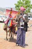 Indische mens op traditioneel kostuum met ezel Royalty-vrije Stock Fotografie