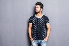 Indische mens in t-shirt over grijze achtergrond stock afbeeldingen