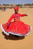 Indische mens in traditionele kleding die bij Woestijnfestival dansen, Jais Stock Afbeeldingen