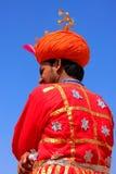 Indische mens in traditionele kleren die aan Woestijnfestival deelnemen Royalty-vrije Stock Foto's