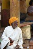 Indische mens in tulband bij kruid en voedselmarkt Stock Foto