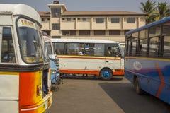 Indische Mensen in de witte bus bij het busstation onder andere multi-colored moderne bussen, royalty-vrije stock foto