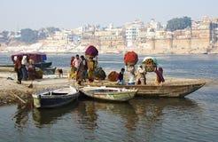 Indische mensen die de rivier van Ganges kruisen Stock Afbeelding