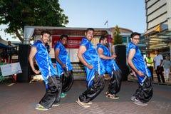 Indische mensen die Diwali in neon-blauwe kostuums vieren stock foto