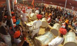 Indische mensen die trommels spelen en van festival genieten Stock Fotografie