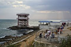 Indische mensen die zonsondergang van mening over kust genieten Royalty-vrije Stock Afbeeldingen