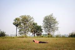 Indische mensenslaap op het gras Royalty-vrije Stock Foto's