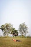 Indische mensenslaap op het gras Stock Foto