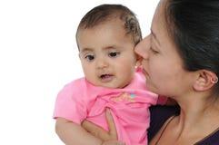 Indische Moeder die haar baby met liefde bekijkt. Stock Foto